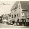 G0433 <br /> Hoek Hoofdstraat/Teijlingerlaan. De panden van slagerij Persoon en links ervan de manufacturenzaak van W. Noordermeer zijn gemoderniseerd. Foto: 1942.