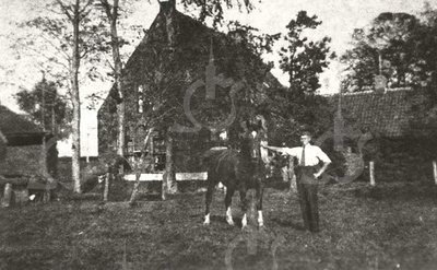 G0020 <br /> Klinkenberg, boerderij van de fam. Koot. De zwart-witte band op de onderkant van de gevel diende van ouds om het kwaad van buiten te weren.