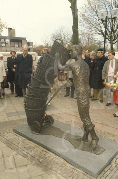 G1780 <br /> De onthulling van het kunstwerk 'De mandenophaler' bij de Dorpskerk. Het kunstwerk is gemaakt door de Lissenaar Frans van der Veld. Zie ook G1782. Foto: 1985.