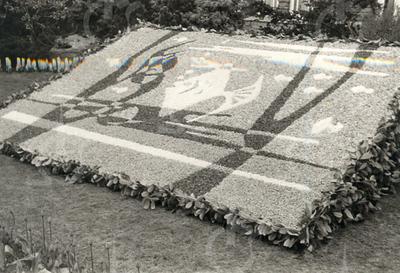 G1801 <br /> Mozaïek in de tuin van het gemeentehuis. Foto: 1961.