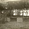 G1815 <br /> Het eeuwfeest 1813-1913, het onafhankelijkheidsfeest. Zanghulde op het feestterrein op de Overplaats, vlakbij waar nu de Charbonlaan is. Links het vaandel van Crescendo met ervoor dirigent W.J. Smolders.Foto: 1913.