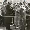 G1762 <br /> De opening van de feestmarkt door burgemeester jhr. mr. R. Sandberg van Boelens. Naast hem op de achtergrond Paul van Hage (met stropdas). Foto: 1959.
