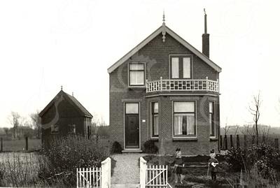 G0018 <br /> Rijksstraatweg 26, na de aanleg de Rijksweg 4. Het huis was eigendom van opoe Pietertje Ciggaar-Buitelaar en stond vlak vóór de spoorwegovergang. Nadat boerderij Klinkenberg op 20 maart 1945 door een bominslag was verwoest, is er na de oorlog een nieuwe boerderij gebouwd. Dit duurde door een verzekeringskwestie tot 1949. Zoon Bert heeft de nieuwe boerderij betrokken en de familie is in dit pand getrokken.