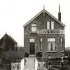 G0018 <br /> Rijksstraatweg 26; na de aanleg de Rijksweg A44. Het huis was eigendom van opoe Pietertje Ciggaar-Buitelaar en stond vlak vóór de spoorwegovergang. Nadat boerderij 'Clinkenberg'op 20 maart 1940 door een bominslag was verwoest, is er na de oorlog een nieuwe boerderij gebouwd. Dit duurde door een verzekeringskwestie tot 1949. Zoon Bert heeft de nieuwe boerderij betrokken en de fam. is in dit pand getrokken.