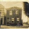 G0440 <br /> Oude Haven. Links begon in 1925 garage Bakker. Hij kocht dit pand uit het faillissement van Belder en Oudshoorn. Daarvoor had de firma Van Parijs hier een beurtbedrijf. In 1947 verplaatste W. Bakker zijn bedrijf naar Hoofdstraat 133. Rechts het woonhuis van aannemer C. Kiebert; de werkplaats erachter is onzichtbaar. Uiterst rechts een deel van de bollenschuur van G. Rotteveel, wiens woonhuis op Oude Haven 1 stond. Het pad tussen Kiebert en Rotteveel is nu de Havenpoort.