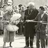 G1763 <br /> De opening van de jaarmarkt op de Hortuslaan door burgemeester jhr. mr. R. Sandberg van Boelens en zijn echtgenote. Als je langs de verkeersborden ging, kwam je uit op de Hoofdstraat. Foto: 1959.