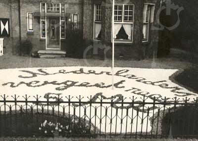 """G1788 <br /> Mozaïek in de voortuin van de burgemeester, bij huize Sassem. De tekst luidt: """"Nederlanders, vergeet nooit 5 mei."""" Foto: 1950."""