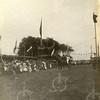 G1806 <br /> Het eeuwfeest 1813-1913, het onafhankelijkheidsfeest. Dit is het feestterrein op de Overplaats, vlakbij waar nu de Charbonlaan is. We zien de heer Hoogstraten met zijn dochter in actie. Foto: 1913.