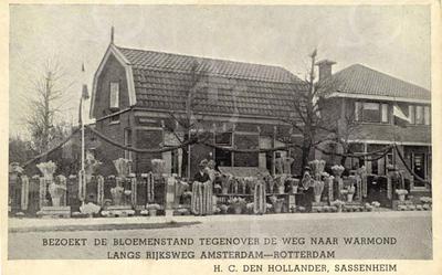 G0031 <br /> Het begin van de Hoofdstraat. Links zien we nr.1 met een mooie bloemenstand ervoor. Het was het woonhuis van de fam. H.C. den Hollander en staat tegenover de Warmonderweg. De laatste jaren heeft de fam. De Mooy er gewoond. Het pand is in 2006 afgebroken. Rechts Hoofdstraat 3. Foto ca. 1940.