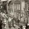 G0419 <br /> Een optocht in de Hoofdstraat ter hoogte van de zaak van Bruijnen. Mogelijk heeft dit iets te maken met het eeuwfeest 1813-1913.