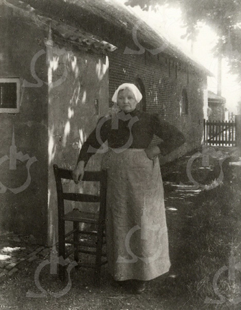 G0009 <br /> Rijksstraatweg 2, de boerderij van de fam. Ciggaar, die ca. 1938 is gesloopt voor de aanleg van de Rijksweg 4, nu A44. Op de foto staat  Antje van der Gugten (weduwe Parlevliet) geboren 29 jan 1845 te Katwijk. Ze was sinds 1891 de 2e vrouw van Dirk Jan Ciggaar (geb. 20 apr 1840), ze woonden tegenover het ouderlijk huis van Dirk Jan (Duivenvlugt).