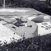 G1794 <br /> Mozaïek in de tuin van het gemeentehuis. Foto: 1952.