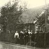 G0010 <br /> Rijksstraatweg 15. Dirk en Betje Ciggaar met hun kinderen Piet, Anna en Prijna. Dirk liet in 1896 een bollenschuur en woonhuis bouwen voor het bedrag van f 2500,-.