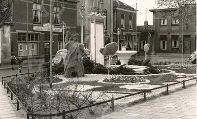 G1790 <br /> Versiering van het plantsoen op de Oude Haven. Foto: 1950.