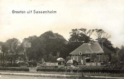 G0026 <br /> Rijksstraatweg 73; café-restaurant Bloemhof van de fam. Juffermans, gelegen bij de Warmonderdam. Er kon ook worden getankt en er was een EHBO-post. Het pand is in 1990 afgebroken. Nu staat er een moderne villa. Foto: 1934.