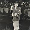G1779 <br /> Chr. Harmonievereniging Crescendo. Zij brengen hier een serenade ter verwelkoming van de zojuist geïnstalleerde burgemeester J. Baron van Knobelsdorff (januari 1961). Voorzitter Cees van der Heiden spreekt tijdens het muzikale huldebetoon een welkomstwoord. Foto: 1961.