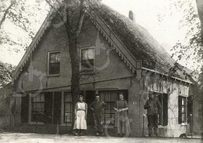 G0008 <br /> Rijksstraatweg 2, de boerderij van de fam. Ciggaar, die ca. 1938 is gesloopt voor de aanleg van de Rijksweg 4, nu A44. V.l.n.r.: Jannetje Kagenaar (hulp), onbekend, Jansje Ciggaar en Nicolaas Ciggaar. De laatste twee waren ongetrouwd en runden samen de boerderij. Foto: ca. 1922.