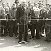 G1761 <br /> De opening van de jaarmarkt op de Hortuslaan door burgemeester jhr. mr. R. Sandberg van Boelens. Links achter hem staat Ap Vos; rechts politieagent Van Spelde. Het gezelschap staat ter hoogte van Nicola. Foto: 1959.