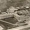 G0013 <br /> Rijksstraatweg 31, de Sikkens' Lakfabrieken. Op 1 december 1939 werd de fabriek officieel in gebruik genomen met werknemers uit Groningen. De meeste 'kantoormensen' kwamen in Oegstgeest terecht, de 'fabrieksmensen' in Noordwijk. In 1992 werd het 200-jarig bestaan van het bedrijf gevierd. Foto: 1948.