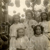G1803 <br /> Het eeuwfeest 1813-1913, het onafhankelijkheidsfeest. We zien mej. Van der Wiel, twee meisjes Brouwer en twee meisjes Den Hollander. Foto: 1913.