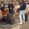 G1782 <br /> De onthulling door burgemeester Kret van het kunstwerk bij de Dorpskerk. Het bronzen beeld heet 'De mandenophaler' en is gemaakt door de Lissenaar Frans van der Veld. Zie ook G1780. Foto: 1985.