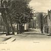 G0423 <br /> Gezicht op de Hoofdstraat vanaf de Klapbrug. De Oude Haven was toen nog echt een haven. Let op het hek, dat er omheen geplaatst is. Links op de achtergrond het huis van G. Rotteveel en het witte pand van G. Bemelman (nu het café De Twee Wezen). Uiterst rechts het tolhuis en de lage huisjes op de hoek van de Teijlingerlaan. Foto: 1901.