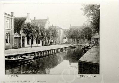 G0438 <br /> De Oude Haven. Hier vandaan werden bloembollen verscheept. De haven werd in 1925 gedempt. Links de woning van de fam. Frijlink met de poort naar de achterliggende bollenschuur. Later kwam graanhandelaar P.W. van Niekerk hier wonen, daarna mandenmakerij W.J. van Biezen. De twee witte huisjes werden 1949 verbouwd tot een winkel in brood en banket (van Ravensbergen). Rechts op de achtergrond het huis van de fam. G. Rotteveel, nu Grand Café A-muze. Foto: 1900.