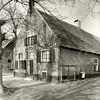 G0025 <br /> Rijksstraatweg 71, gebouwd in 1645, boerderijtype: langhuis. De schuur is uit de 18de eeuw. Deze boerderij Schoonewegen, is sinds lang bewoond geweest door de fam. Ruijgrok. Het is een prachtig pand met boogjes boven de deur en de ramen. Rechts een opkamer. Boven de deur prijkt nu een paardenhoofd; dit slaat blijkbaar op de bijbehorende manege. Foto: 1938.