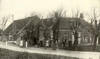 G0005 <br /> De boerderij Duivenvlugt, gelegen aan Rijksstraatweg 1 (bij de Leidsevaart). Pieter Ciggaar kocht de boerderij (die nu nog Duivenvlugt heet) officieel in 1784 en woonde er onofficieel al sinds 1781. Guurtje Bouwmeester-Ciggaar was de laatste Ciggaar,  die er woonde en zij overleed in 1951.<br /> Daarvoor woonde de familie mijn voorouders in Rijnsburg/ Leiden. Zij waren afkomstig uit de Zuidelijke Nederlanden te weten uit Bondues, tegenwoordig Noord Frankrijk. <br /> <br /> Het Posthuis, dat er in de 18e eeuw stond, heette Duivenvlugt. E.e.a. staat ook zo beschreven in allerlei archiefstukken omtrent de Posterijen en blijkt uit kadaster gegevens. De boerderij stond ernaast en pas later is die naam op de boerderij terecht gekomen. De  naam Duivenvlugt heeft wellicht iets te maken  met een meneer Cornelis Duivenvlugt, deze meneer – zo blijkt uit de burgemeestersboeken en stadsrekeningen van de gemeente Leiden - had te maken met de bouw van de diverse houten bruggen ten tijde van de aanleg van de trekvaart, speciaal in het gebied tussen Leiden en Voorhout. <br /> <br /> In de vorige eeuw trouwde Guurtje Ciggaar met ene Bouwmeester uit Noordwijkerhout. Sinds die tijd woont de fam. Bouwmeester op Duivenvlugt. V.l.n.r.: Gree Bouwmeester, Jacob Bouwmeester, opoe Kee Ciggaar-Hogewoning, Guurtje Bouwmeester, moeder Guurtje Bouwmeester-Ciggaar, Jan Bouwmeester, Bert Poelgeest (neef) en Cor Bouwmeester.<br /> Het witte hek links is het tolhek tussen Sassenheim en Voorhout. Langs de schuur loopt het jaagpad en gaat daarna verder langs de Haarlemmertrekvaart naar Voorhout. De foto is genomen vanaf de Postbrug.