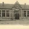 G0460<br /> De School met den Bijbel is in 1892 gebouwd en heeft tot 1943 als zodanig dienstgedaan. Daarna is hier tot 1954 de r.-k. mulo Don Bosco. In dat jaar verhuisde deze school naar het nieuwe pand aan de St. Antoniuslaan. Daarna heeft het gebouw op de foto tot 1964 dienstgedaan als 'beschutte werkplaats'. Daarna werd het pand gesloopt. Foto: ca. 1905.