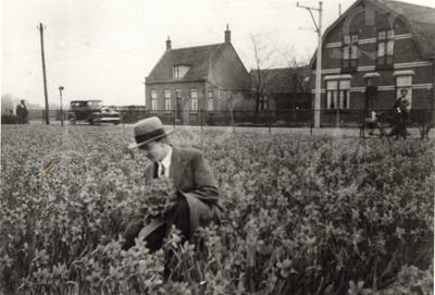 G0011 <br /> Rijksstraatweg, tussen de spoorwegovergang en de Haarlemmertrekvaart. Op de voorgrond staan nu de gebouwen van AkzoNobel. Links nr. 16, waar de strohandelaar J. van Dijk in 1924 kwam te wonen. In 1940 kwam de fam. C. Ouwehand, kantonnier bij Rijkswaterstaat, hier wonen. Rechts nr. 14, het huis van de fam. v.d. Bent. Foto: 1932.