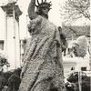 G1789 <br /> Versiering van het plantsoen op de Oude Haven. We zien een 'bloemenbeeld' dat het Vrijheidsbeeld in New York verbeeldt. Op de achtergrond de fontein die daar in 1925 is geplaatst. Geheel links een versierende zuil van de VVV. Foto: 1950.