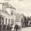 G0417 <br /> Links drukkerij J.W. de Gruijter, die in de deuropening van zijn winkel staat. De man met de handkar is dhr. Star. In 1954 werd het pand gesloopt en door nieuw vervangen. Later kwam hierin de winkel van Schulte & Lestraden, daarna een bloemenzaak en daarna de wijnhandel van Van Niekerk. Daarnaast had Fok van Dijk zijn kapperszaak. Dan het witte gebouw dat van 1890 tot 1899 werd gebruikt als zusterhuis (boven) en meisjesschool (beneden). De school bestond aanvankelijk slechts uit een 'bewaarschool' en een naai- en breischool. Daarnaast, na het open stuk, café Van Hage.