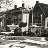 G1791 <br /> Versiering van het plantsoen op de Oude Haven. Zie ook G1789 en G1790. In het pand achter de fontein woont de fam. P. van Niekerk. Rechts van de VVV-zuil zien we de bakkerswinkel van Ravensbergen; in het witte huisje was de bakkerij gevestigd. Foto: 1950.