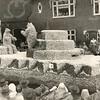 G1792 <br /> Bloemencorso in 1951. De foto van de wagen van de gemeente Sassenheim is gemaakt vlak voor het Vierkant te Lisse. Foto: 1951.