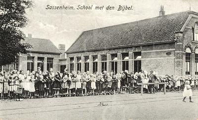 G0461 <br /> Rechts het gebouw Concordia, gebouwd omstreeks 1903 en gesloopt in 1985. Links een gedeelte van de School met den Bijbel; zie ook G0460. Foto: 1920.