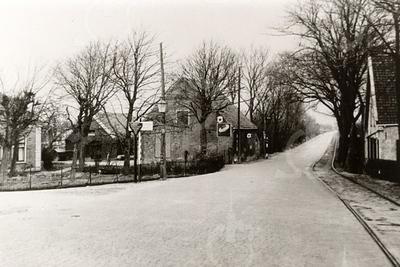 G0003 <br /> Rijksstraatweg; vanaf de Postbrug richting Sassenheim. Links een stukje van boerderij Duivenvlugt van de fam. Bouwmeester. In het midden een schuur, die bij de boerderij behoorde. Uiterst rechts de boerderij van Nicolaas Ciggaar en zijn zuster Jansje. Beide laatste gebouwen zijn inmiddels gesloopt.