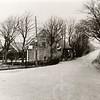 G0003 <br /> Rijksstraatweg; vanaf de Postbrug richting Sassenheim. Links een stukje van boerderij 'Duivenvlugt' van de fam. Bouwmeester. In het midden een schuur, die bij de boerderij behoorde (is gesloopt). Uiterst rechts de boerderij van Nicolaas Ciggaar en zijn zuster Jansje.
