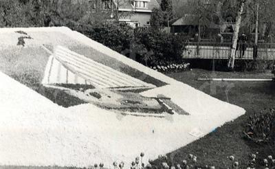 G1795 <br /> Mozaïek in de tuin van het gemeentehuis. Op de achtergrond zien we de Wilhelminalaan. Foto: 1953.