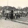 G1751 <br /> De opening van de Parklaan op 22 maart 1952. De drumband van Adest Musica, met voorop Dirk Witteman, marcheert over de nieuwe weg. Politieman P. Kruijswijk houdt een oogje in het zeil. De huizen links vooraan de Parklaan waren nog niet gebouwd; dat gebeurde in 1953.
