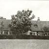 G0050 <br /> Hoofdstraat 55. Een oude foto van de boerderij Wiltrijk, van opzij gezien. De boerderij, die rijksmonument is, ligt aan de westzijde van de Hoofdstraat op nr. 55, ter hoogte van de Wasbeekerlaan. De boerderij is van vóór 1636 en is daarmee de op een na oudste boerderij van ons dorp. De boerderij behoorde bij het landgoed Wiltrijk, dat er naast lag en in de 19de eeuw werd afgebroken. Vóór 1636 werden op de zolder van de boerderij godsdienstoefeningen gehouden. Dit duurde tot ca. 1686, toen ten noorden van Mecklenburg een katholieke schuilkerk werd gebouwd.
