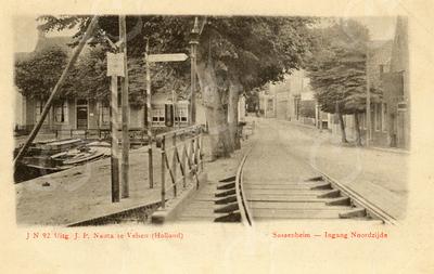 G0425 <br /> Links de Oude Haven, gezien vanaf de Klapbrug. De brugdelen en de rails zijn met houten blokken verankerd. Op de brug een ANWB-wegwijzer. Links op de achtergrond het woonhuis van de fam. G. Rotteveel (nu Grand Café A-muze) en de schilderszaak van G. Bemelman ( nu De Twee Wezen). Dit gedeelte van de Oude Haven werd in 1925 gedempt. Foto: 1903.