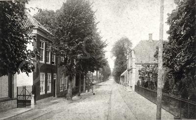 G0449 <br /> Hoofdstraat voorbij de Klapbrug, in noordelijke richting. Links het pand waar later kruidenier Van Lierop huisde, daarna de groentenwinkel van Nederstigt en ten slotte het Sassenheims Vloerenhuis. Rechts het pand van Cornelis Rijnsburger, dat later bewoond werd door Jan Blom. Daarachter een rij kleine huisjes, die de naam 'De Kazerne' droegen; het rijtje huizen werd afgebroken in 1926. Later kwam daar de ingang van de Concordiastraat, waar rond 1950 de eerste huizen gebouwd werden. Foto: 1895.