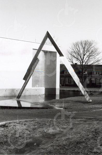G1786 <br /> Het kunstwerk voor het gemeentehuis aan de Wilhelminalaan. Het is gemaakt van rvs door kunstenaar Henk van Bennekum uit Hardinxveld-Giessendam. Bij de officiële opening van het nieuwe gemeentehuis op 7 mei 1992 werd met een druk op de knop de 'waterval' in werking gezet.