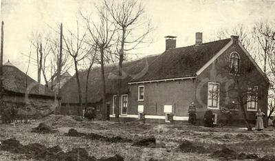 G0019 <br /> Klinkenberg, de boerderij van de fam. Ciggaar, verwoest op 20 maart 1945 door een bominslag van een Engels vliegtuig. Op de foto staat rechts Pietertje Ciggaar en links haar dochter Aafje. Het achterste deel van de boerderij was zeer oud. De zwart-witte band op de onderkant van de gevel diende van ouds om het kwaad van buiten te weren. Foto: voor 1940.