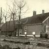 G0019 <br /> Klinkenberg, de boerderij van de fam. Ciggaar, verwoest op 20-3-1940 door een bominslag van een Engels vliegtuig. Op de foto saat rechts Pietertje Ciggaar en links haar dochter Aafje. Het achterste deel van de boerderij was zeer oud.Foto: voor 1940