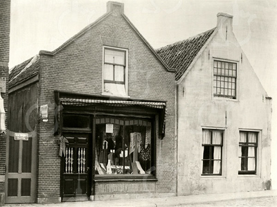 G0429 <br /> Het dubbele pand van de fam. Noordermeer aan de Hoofdstraat nu nr. 195; in 1930 werd dit nr. 267. Links de manufacturenwinkel en rechts het woonhuis. Nu is hier sinds 1988 eetcafé De Voogd.
