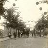 G1807 <br /> Het eeuwfeest 1813-1913, het onafhankelijkheidsfeest. Drie herauten te paard in de versierde Julianalaan (17 september 1913). Foto: 1913.