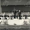 G1778 <br /> De ingebruikname van het muziekpodium aan de Parklaan door burgemeester jhr. mr. R. Sandberg van Boelens op 13 oktober 1956. De burgemeester heeft zojuist de officiële opening verricht en drukt de heer Peet van Bruggen, dirigent van de Chr. Harmonievereniging Crescendo, de hand ten teken dat Crescendo kan beginnen met spelen om zo het muziekpodium muzikaal in te wijden. Foto: 1956.