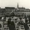 G1776 <br /> Het muziekpodium aan de Parklaan tijdens de feestelijke opening op 13 oktober 1956. Op de achtergrond de gymzalen en rechts de huizen aan de Parklaan en Antoniuslaan. Foto: 1956.